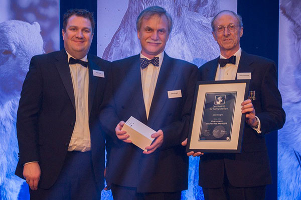 John Knight (centre) receives the 2015 Chris Laurence Vet of the Year Award from Veterinary Times editor Paul Imrie (left) and Chris Laurence.