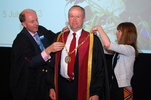 Col Smith receives his presidential chains from RCVS registrar Gordon Hockey and communications officer Fiona Harcourt.