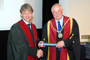 Dr Thomas Hildebrandt accepts his fellowship from outgoing RCVS president Jerry Davies